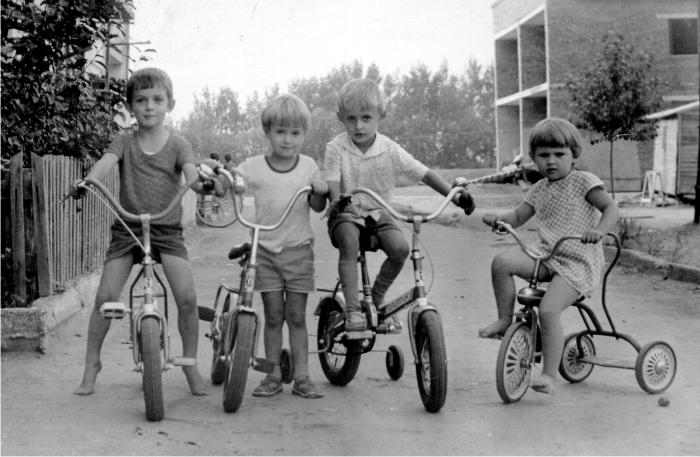 Amigos jugando en la calle