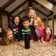 Mis hijos hablan con Alexa, Assistant y Siri y me pregunto si debo enseñarles a ser amables y preguntarles por favor. Colaboración con Xataka