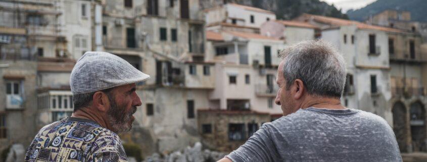 Conversaciones en persona - Photo by Daniel Fazio on Unsplash