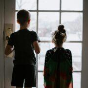 Niños separados de los padres - kelly-sikkema-NDw-WCFk1fo-unsplash