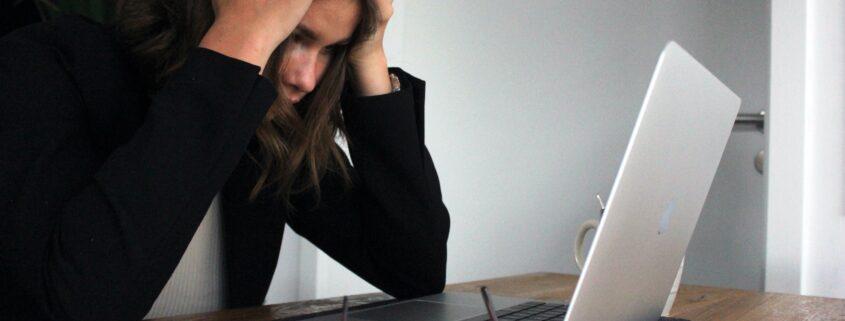 Cómo combatir el estrés laboral en pandemia y desconectar del trabajo en vacaciones - elisa-ventur-bmJAXAz6ads-unsplash