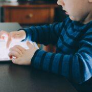 Niños y pantallas - kelly-sikkema-tQPgM1k6EbQ-unsplash